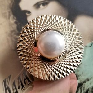Vintage scarf clip with white faux pearl in gold t